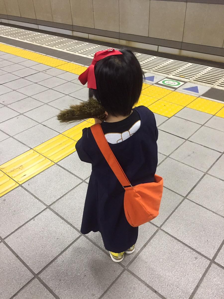 本人はやる気ばっちりで小道具も揃え、キキの真似をしてホウキを担ぎながら特急電車が通過するのを待っています。裾からちらりと覗くドクターイエローのスニーカーが  ...